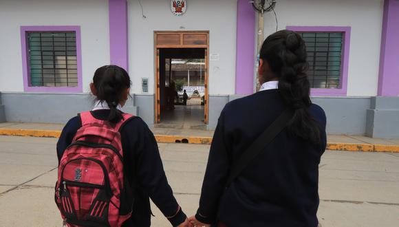 Las escolares refieren que se sienten incómodas por el trato de sus compañeros en el colegio. Muchas de ellas prefieren faltar a clases. (Foto: GEC)