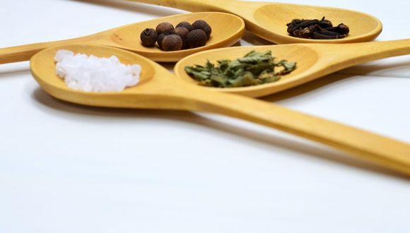 Lo mejor es mantener un consumo mínimo de sal para no afectar la salud y las especias son una gran alternativa. (Foto: Pexels)