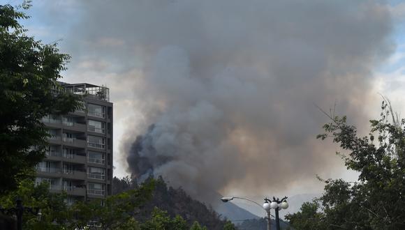 El humo era visible desde varios puntos del centro de Santiago de Chile y todavía no pudo ser controlado. (Foto: AFP)