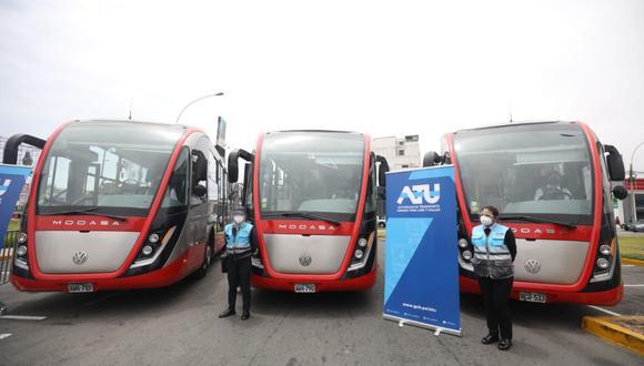 El nuevo servicio contará con una flota conformada por 13 vehículos, 3 de los cuales son buses articulados de 18 metros, que tienen capacidad para 49 personas sentadas y funcionan a gas natural. (Foto: Britanie Arroyo / @photo.gec)