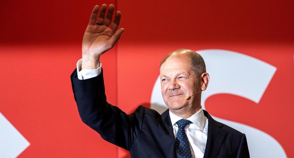 Olaf Scholz, candidato a canciller de los socialdemócratas alemanes (SPD), saluda a sus partidarios en reacción a los resultados iniciales de las elecciones federales en Alemania. (EFE / EPA / MAJA HITIJ).