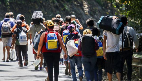 Migrantes venezolanos caminan por una carretera en Cúcuta, Colombia, en la frontera con Venezuela en medio de la pandemia de COVID-19. (Foto: Archivo/ Schneyder MENDOZA / AFP)