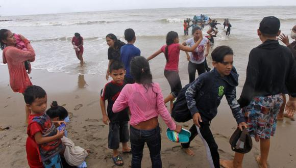 Los migrantes venezolanos, que fueron deportados recientemente, llegan a la costa en la playa Los Iros después de su regreso a la isla, en Erin, Trinidad y Tobago. (Foto: Lincoln Holder / Cortesía del Newsday / Folleto vía REUTERS).