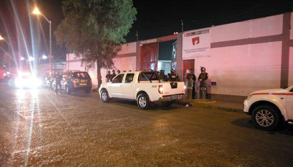 Los agentes fueron agredidos por más de 30 internos del correccional que intentaron escapar saltando los muros que conectan al lugar con el terminal terrestre de Santa Cruz. (Foto: Johnny Aurazo)