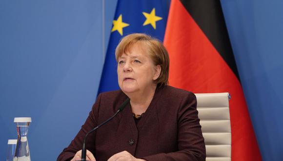 La canciller alemana Angela Merkel se prepara para hablar en una reunión de diálogo virtual del Foro Económico Mundial (FEM) en Davos, desde la Cancillería en Berlín, Alemania.  (Sean Gallup/REUTERS).