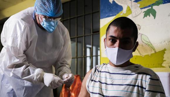 Un jóven recluso recibe la primera dosis de la vacuna china Coronavac en la prisión uruguaya Santiago Vázquez, ubicada en las afueras de Montevideo. (EFE/Federico Anfitti).