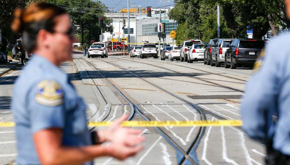Los socorristas se reúnen en el lugar de un tiroteo, el 26 de mayo de 2021 en el San José Railyard en San José, California (Estados Unidos). (Amy Osborne / AFP).