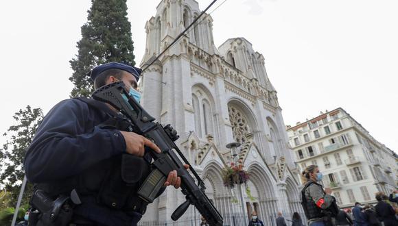 Un oficial de policía se encuentra cerca de la iglesia de Notre Dame en Niza, Francia, el 29 de octubre de 2020, donde tuvo lugar el ataque con cuchillo. (EFE/EPA/ERIC GAILLARD).