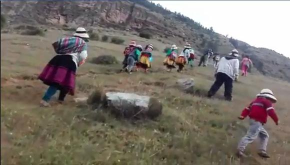 Son unos 40 alumnos los que realizan estas caminatas, según las horas de emisión del programa que impulsa el Ministerio de Educación. (Captura de video)