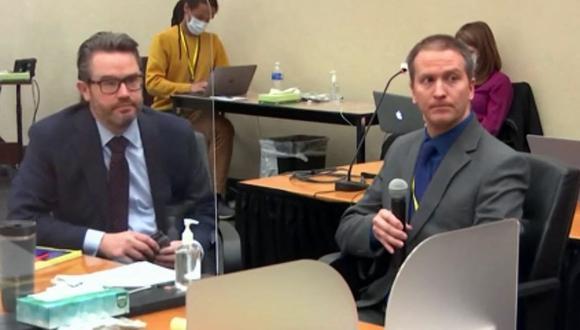 El ex oficial de policía de Minneapolis Derek Chauvin (derecha), quien está acusado de matar a George Floyd, junto a su abogado defensor Eric Nelson. (AFP).