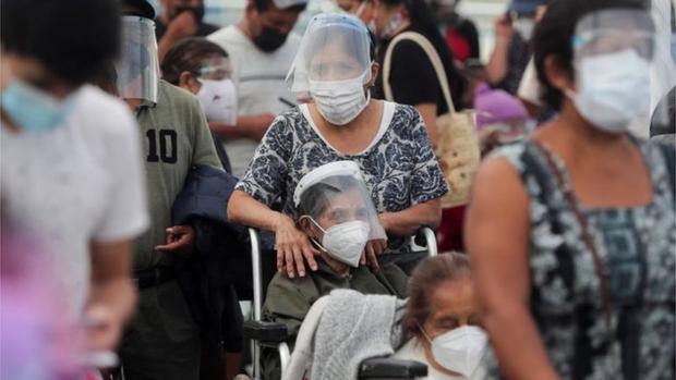 Perú ha iniciado la vacunación contra la covid-19 con los adultos mayores. (Foto: Reuters).