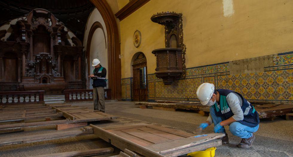 Restauración de balcón hallado este año en Ate, en plena vía pública. (Foto: Fernando Sangama)