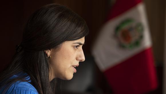 María Antonieta Alva Luperdi ante la curvas que sí descienden, las de la economía. (Foto: José Rojas/GEC)