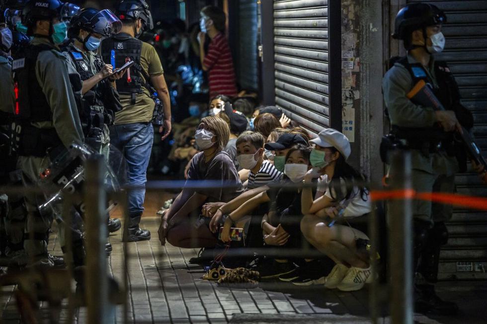 La policía detiene a un grupo de personas durante una protesta a favor de la democracia que pide la independencia de la ciudad en Hong Kong el 10 de mayo de 2020. (Foto: AFP/Isaac Lawrence)