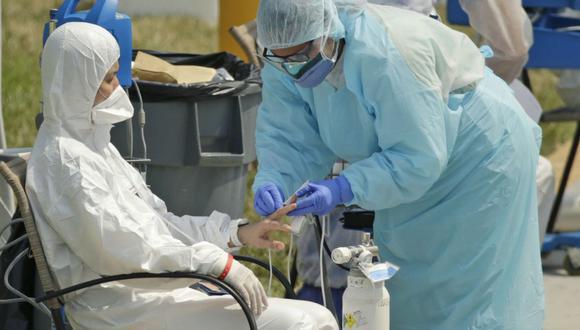 Aquí te dejamos los números necesarios en caso sospeches que tienes los síntomas de coronavirus. (Foto: AP)