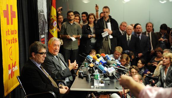 Mario Vargas Llosa (2º L), el escritor peruano que recibió el Premio Nobel de Literatura, habla durante una concurrida conferencia de prensa en el Instituto Cervantes el 7 de octubre de 2010 en Nueva York. FOTO AFP / Stan HONDA