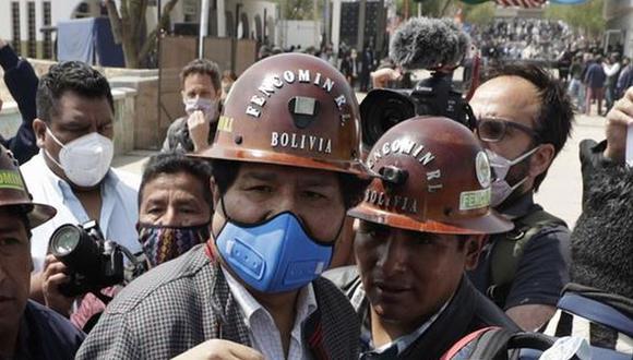 El expresidente de Bolivia Evo Morales, camina entre su esquema de seguridad a su llegada hoy a Villazón, población boliviana en la frontera con Argentina.  (EFE/ Paolo Aguilar).