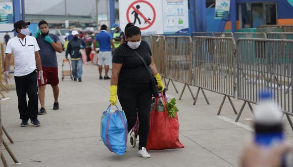 El uso obligatorio de guantes regirá desde este lunes 11 de mayo en mercados y bancos. (Foto: Fenando Sangama)