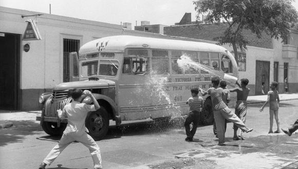 Verano del 58: cuando los carnavales se jugaban a globo y baldazo limpios. (Foto: archivo histórico de El Comercio)