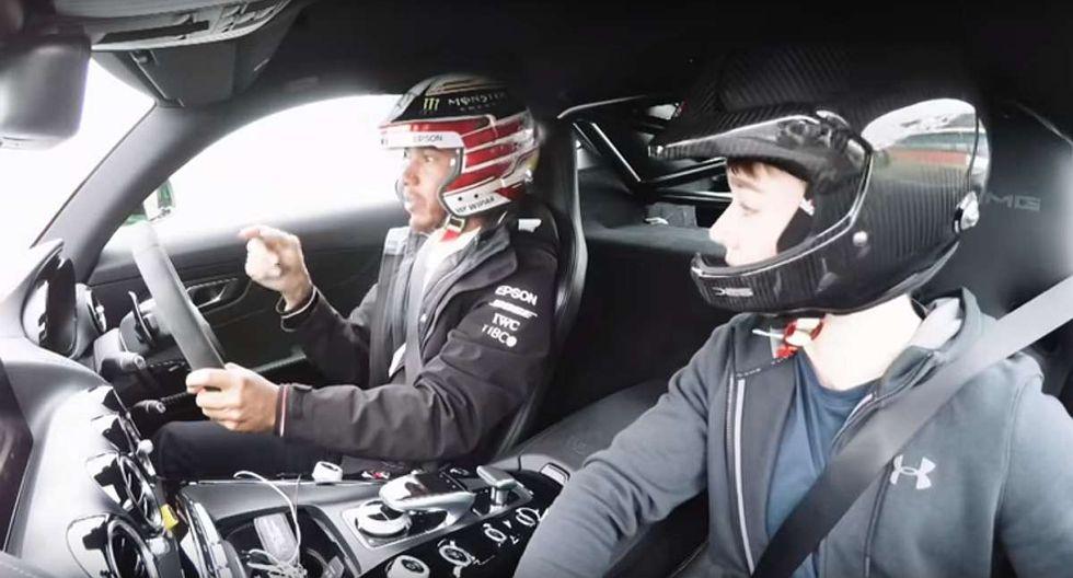El campeón británico llevó al joven de 18 años a dar un par de vueltas en el Mercedes-Benz AMG GT R, en donde le da algunos tips de manejo y sobre el mismo circuito de Silverstone. (Youtube)