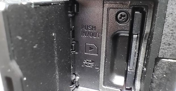Todas las entradas y conexiones se encuentran en el lado izquierdo de la Alpha 7C de Sony. (Foto: Bruno Ortiz B.)