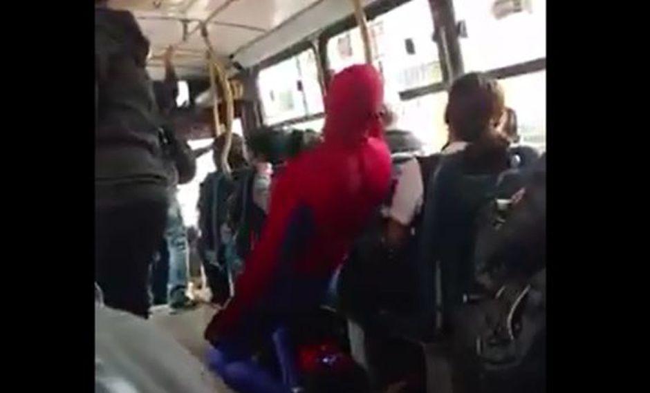 Este hombre disfrazado de 'Spiderman' llamó la atención de los pasajeros de un colectivo en la Avenida Salaverry. (Foto: Facebook / Cristhian Rojas Rosas)