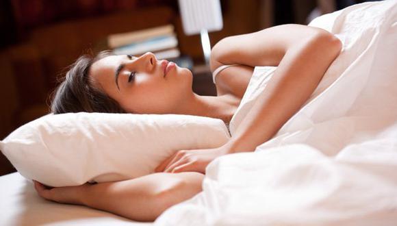 Dormir de costado reduciría el riesgo de Alzheimer y Parkinson