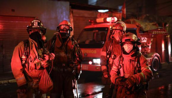 Un incendio consumió tres viviendas en una quinta ubicado en la cuadra tres del jirón Jose Mariano Ugarteche, en Pueblo Libre. El fuego se habría iniciado por una chispa de encendedor. Foto: Joel Alonzo/ @photo.gec