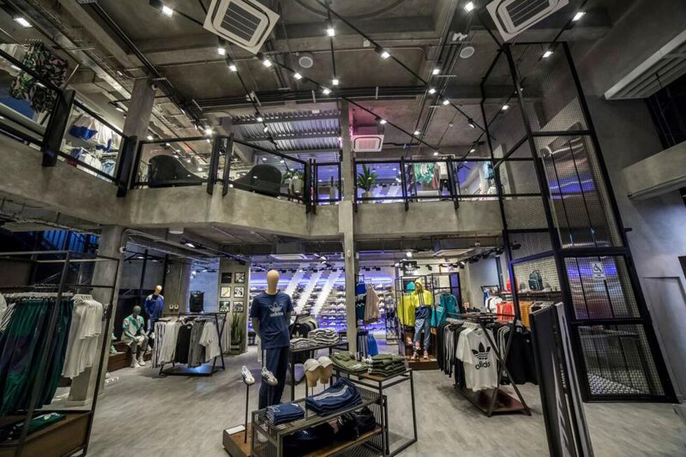 Adidas Originals, la línea urbana de la marca, abrió su primera Fashion Destination Door en Perú, ubicada en la Avenida Comandante Espinar. Podrán encontrar modelos y colecciones exclusivas, nuevos lanzamientos y colaboraciones con artistas globales