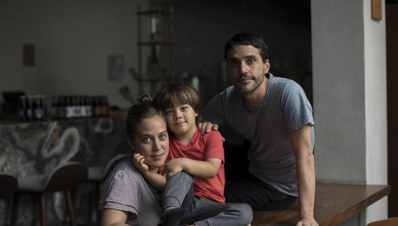 El chef junto a su esposa, la chef de Kjolle Pía León, y el hijo de ambos, Cristóbal. Entre la escuela virtual, los juegos en el huerto y la cocina del día a día, la familia afianza lazos y momentos juntos. (Foto: Anthony Niño de Guzman \ GEC)