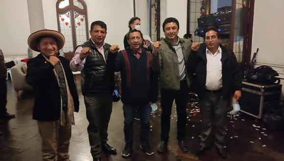 Roger Najar, al centro, acompañado por Guillermo Bermejo y otros miembros de Perú Libre. (Foto: Guillermo Bermejo / Twitter)