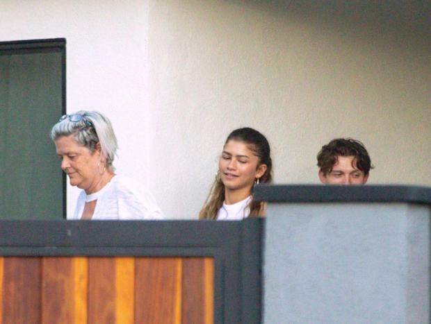 La madre de la actriz, Claire Stoermer, junto a Tom Holland y Zendaya. (Foto: Page Six)