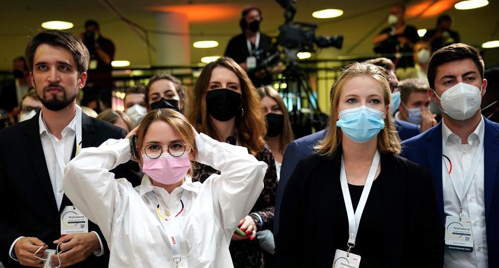 Los partidarios de la Unión Demócrata Cristiana (CDU) reaccionan luego de conocerse los primeros resultados a boca de urna de las elecciones en Alemania. (EFE / EPA / CLEMENS BILAN).