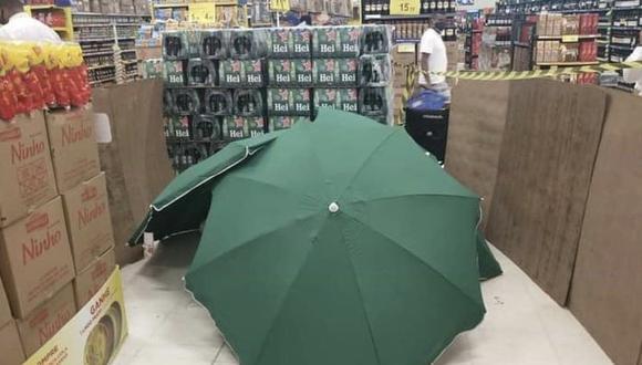 El cadáver fue cubierto con cajas y sombrillas. Sucedió en un supermercado Carrefour en el noreste de Brasil. (Foto: Twitter).