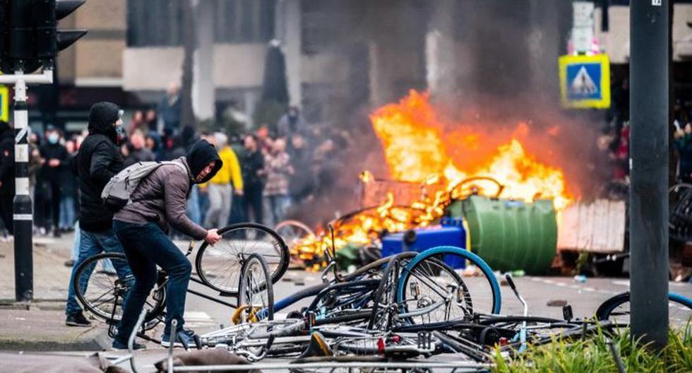 Eindhoven (en la imagen) y Róterdam han sido escenarios de las manifestaciones más violentas en los Países Bajos. El enojo se desató por la imposición del toque de queda por el coronavirus COVID-19. (Foto: EFE/EPA/ROB ENGELAAR)