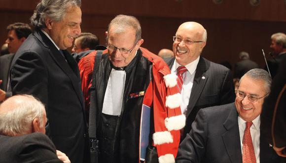 Cohesión y compromiso. José Antonio García Belaunde, Manuel Rodríguez Cuadros, Alain Pellet, Eduardo Ferrero Costa y Allan Wagner, miembros del equipo peruano.