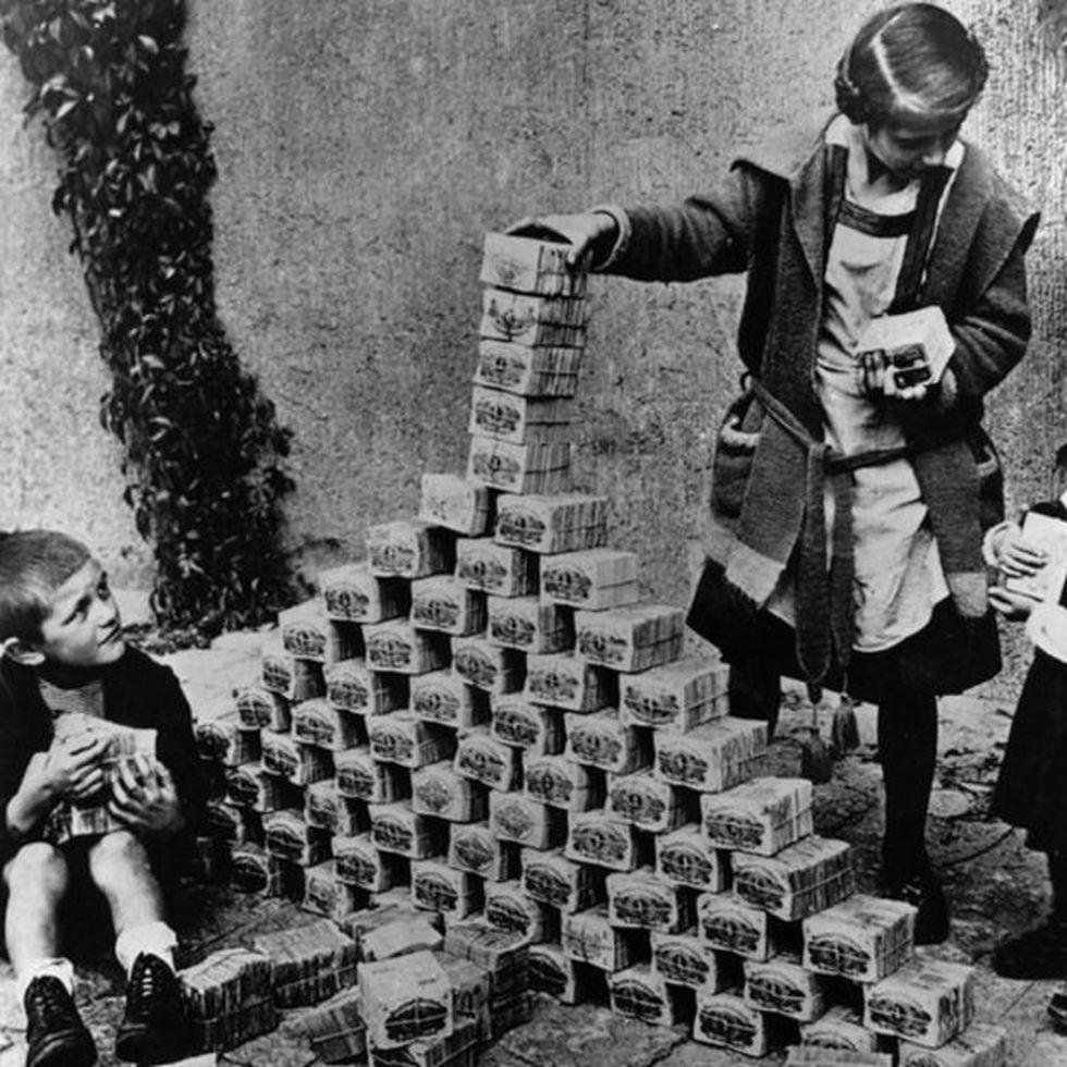 Niños alemanes utilizando billetes de marco para construir una torre en 1923.