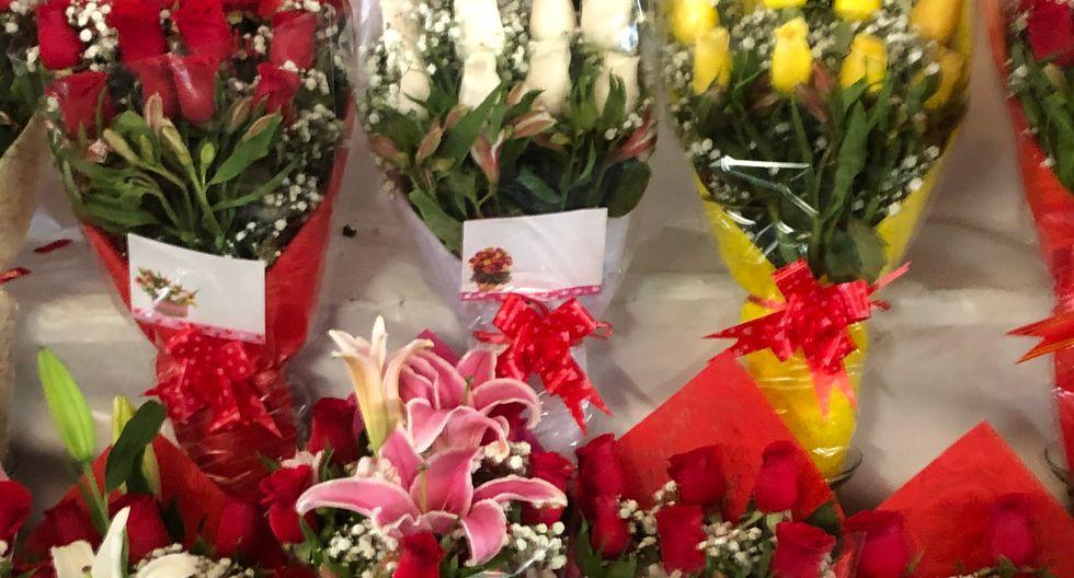 Existen también arreglos con rosas amarillas y blancas. También cuestan S/25.