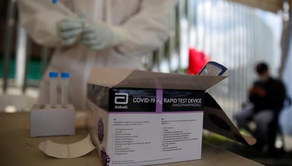 Una enfermera alista una prueba para detectar coronavirus en Uruguay. (Foto: EFE/ Ernesto Guzmán Jr.).