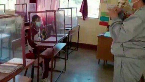 Aida Luz Careaga Durán se las ingenió para garantizar que sus alumnos puedan recibir clases sin correr riesgos de algún posible contagio de coronavirus. | Foto: Red Uno Sur