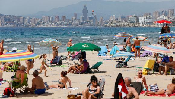 Los bañistas han comenzado a acudir a las playas a disfrutar del buen tiempo como en esta de Benidorm (Alicante) . (EFE / Manuel Lorenzo).