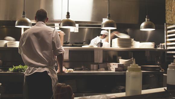 Una mujer se encuentra a su ex novio, a quien creía muerto, trabajando en un restaurante. (Pixabay)