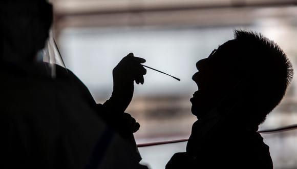 Un hongkonés de 33 años se ha convertido en el primer caso documentado de reinfección por coronavirus Covid-19. (Foto referencial: ISAAC LAWRENCE / AFP).