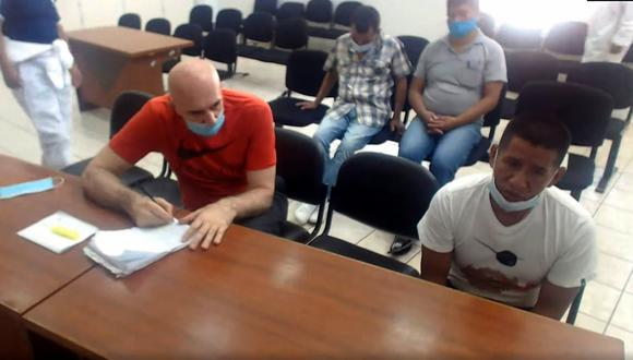 El ciudadano serbio Zoran Jaksic (polo rojo) escucha el testimonio final de su coacusado y presunto líder de la  organización criminal ´Las Golondrinas´ Jorge Medina Gavilán. (Foto: Sala Penal Nacional)