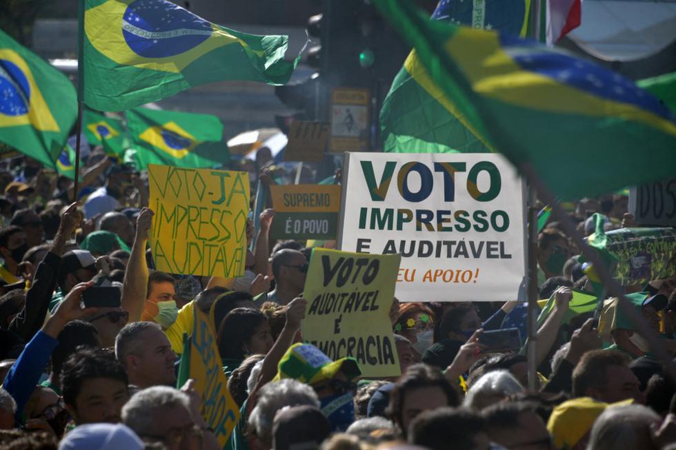 Miles de personas se manifestaron este domingo en Brasil en apoyo al presidente Jair Bolsonaro y para protestar contra el sistema de votación electrónica vigente desde 1996. (NELSON ALMEIDA / AFP)