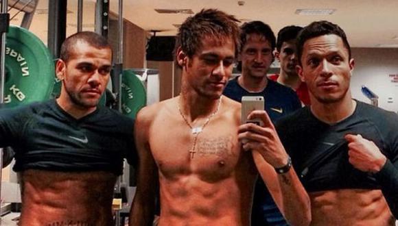 Alves, Neymar y Adriano muestran sus atléticos cuerpos