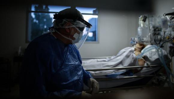 Un médico revisa pacientes COVID-19 en la Unidad de Terapia Intensiva en un Hospital de la Provincia de Buenos Aires (Argentina). (Foto: EFE/ Juan Ignacio Roncoroni/Archivo).
