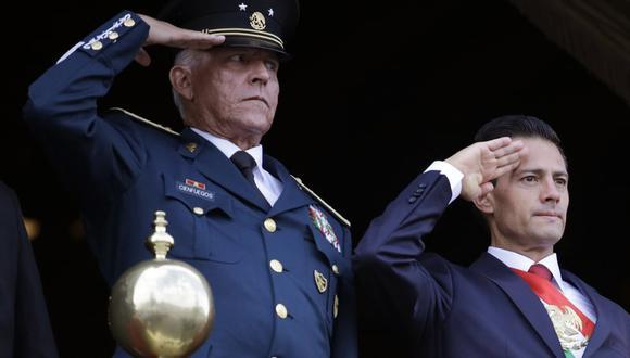 En esta fotografía del 16 de septiembre de 2016, el secretario de la Defensa, general Salvador Cienfuegos, a la izquierda, y el presidente de México, Enrique Peña Nieto, hacen el saludo durante el desfile de la Independencia. (AP Foto/Rebecca Blackwell, Archivo).