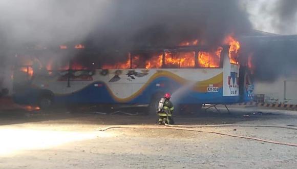 Piura: incendio consumió al menos dos buses en local de empresas de transportes (Foto: Facebook)
