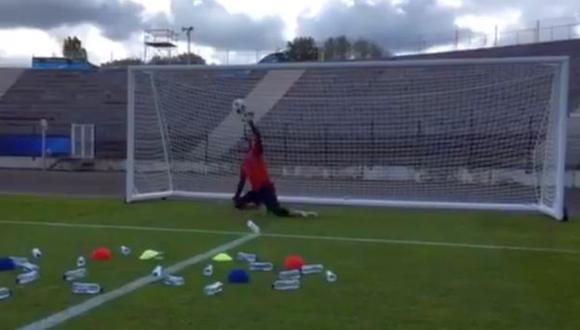 Arquero Petr Cech demuestra reflejos en curioso entrenamiento